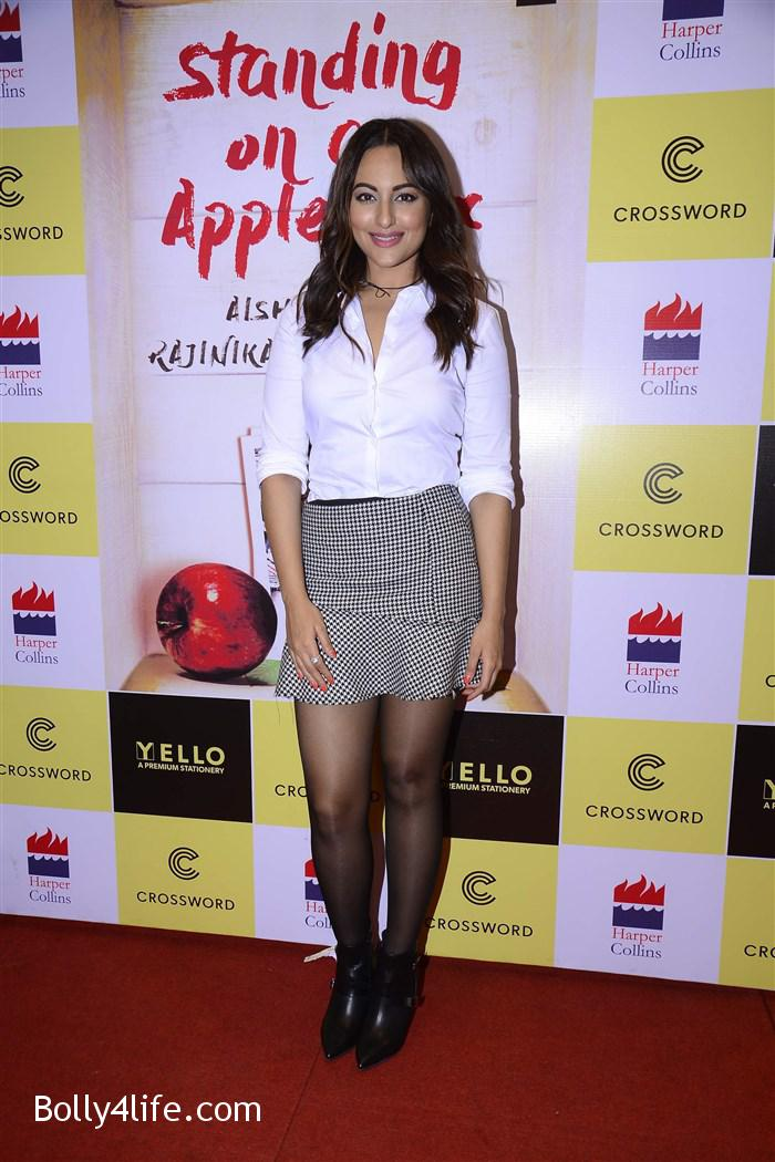 aishwarya_rajinikanth_dhanush_standing_on_an_apple_box_book_launch_stills_24f20d6.jpg
