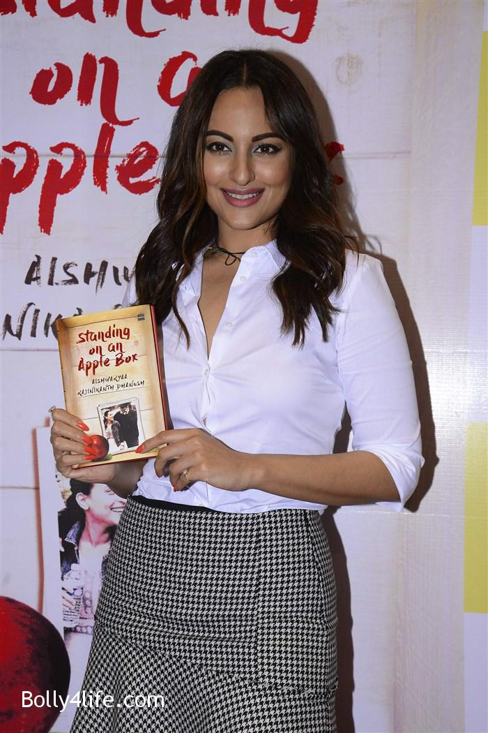 aishwarya_rajinikanth_dhanush_standing_on_an_apple_box_book_launch_stills_12313c8.jpg
