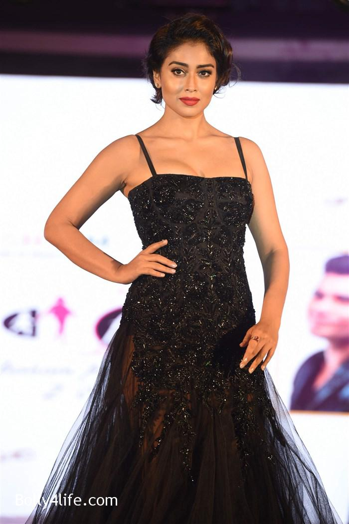 actress_shriya_saran_walk_the_ramp_lakshyam_fashion_show_stills_3e2fef7.jpg