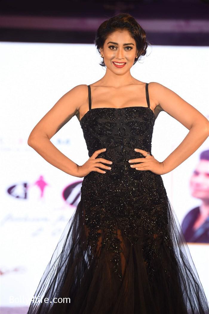actress_shriya_saran_walk_the_ramp_lakshyam_fashion_show_stills_4e682c3.jpg