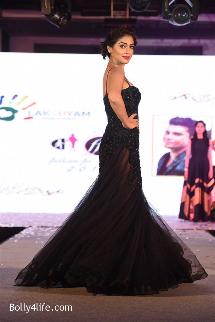 actress_shriya_saran_walk_the_ramp_lakshyam_fashion_show_stills_8a8e3ed.jpg
