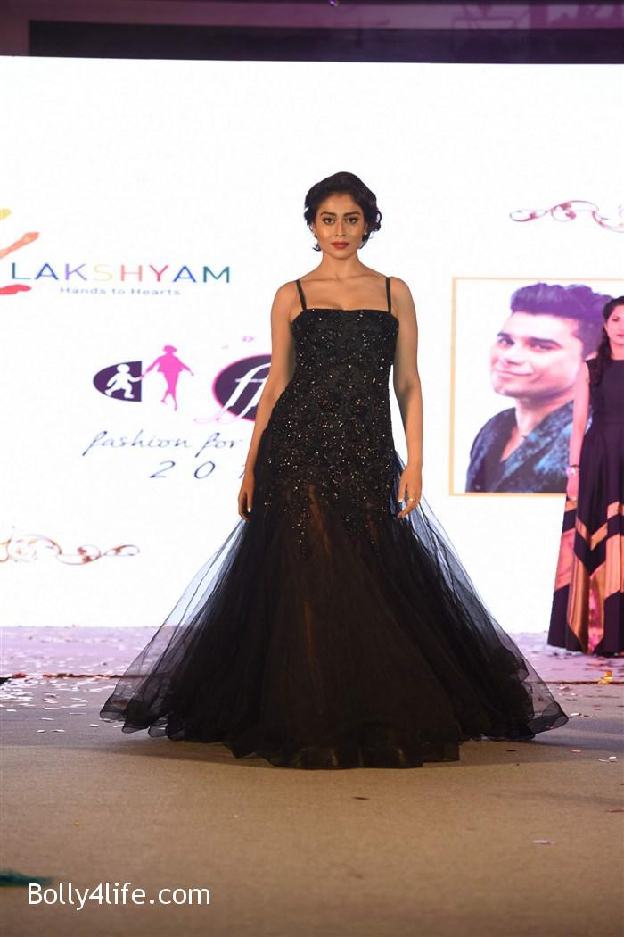 actress_shriya_saran_walk_the_ramp_lakshyam_fashion_show_stills_74e813b.jpg