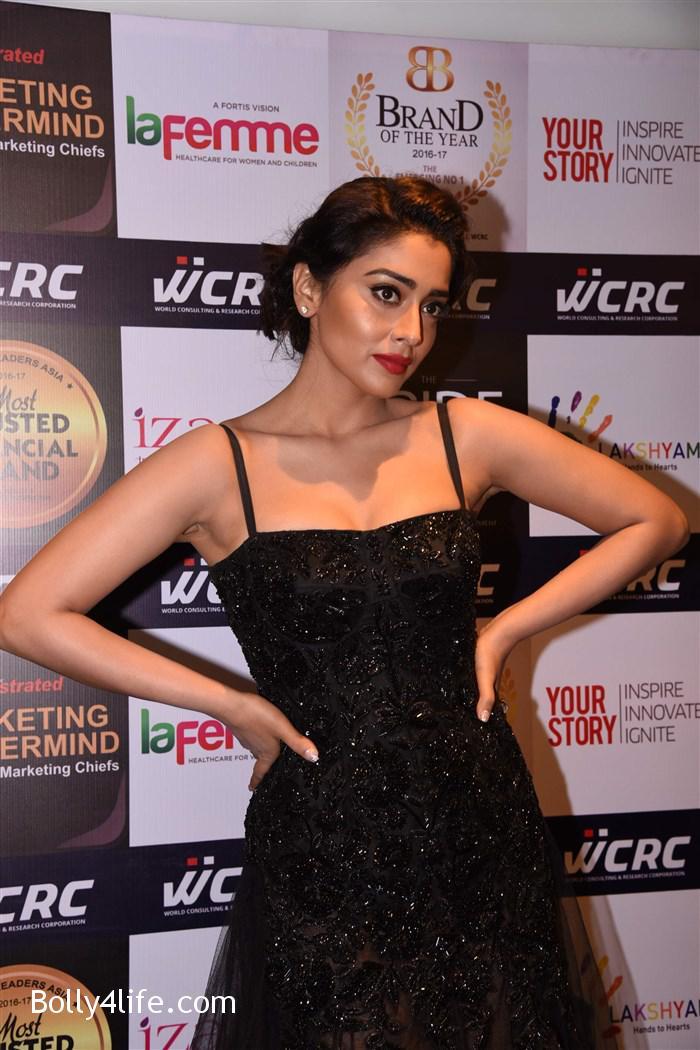 actress_shriya_saran_walk_the_ramp_lakshyam_fashion_show_stills_77aa55d.jpg