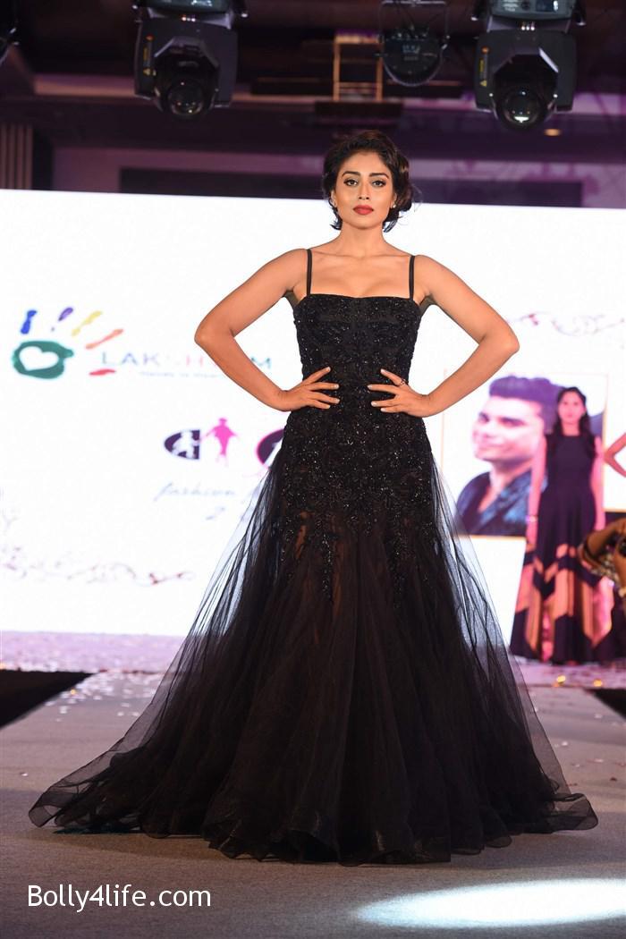 actress_shriya_saran_walk_the_ramp_lakshyam_fashion_show_stills_657af43.jpg