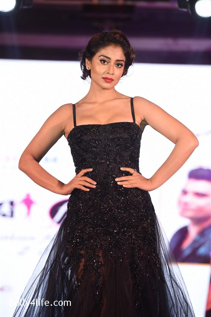 actress_shriya_saran_walk_the_ramp_lakshyam_fashion_show_stills_4853f4a.jpg