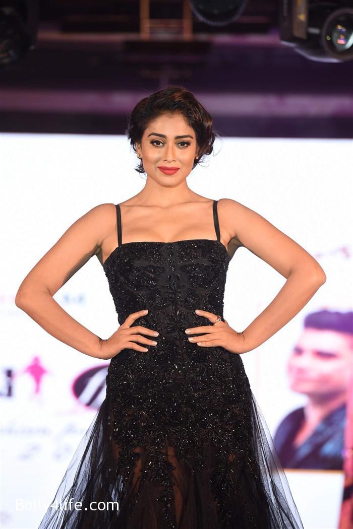 actress_shriya_saran_walk_the_ramp_lakshyam_fashion_show_stills_60464fb.jpg