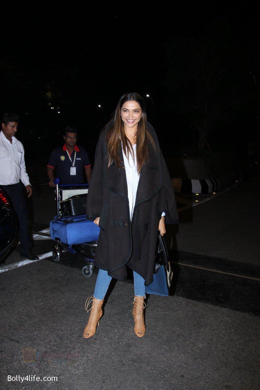 Deepika-Padukone-snapped-at-airport-8.jpg