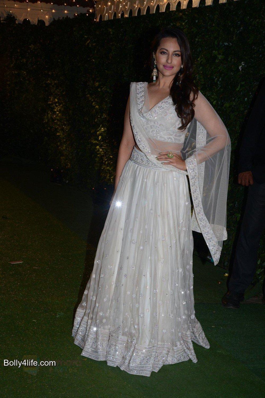 Sonakshi Sinha at Ronnie Screwala daughter wedding reception on 20th Jan 2017 (3).jpg