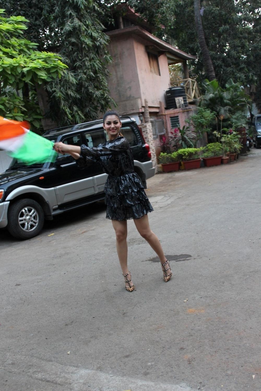 Mumbai: Actress Urvashi Rautela weave indian flag during Republic Day celebrations in Mumbai, on Jan 25, 2017. (Photo: IANS)