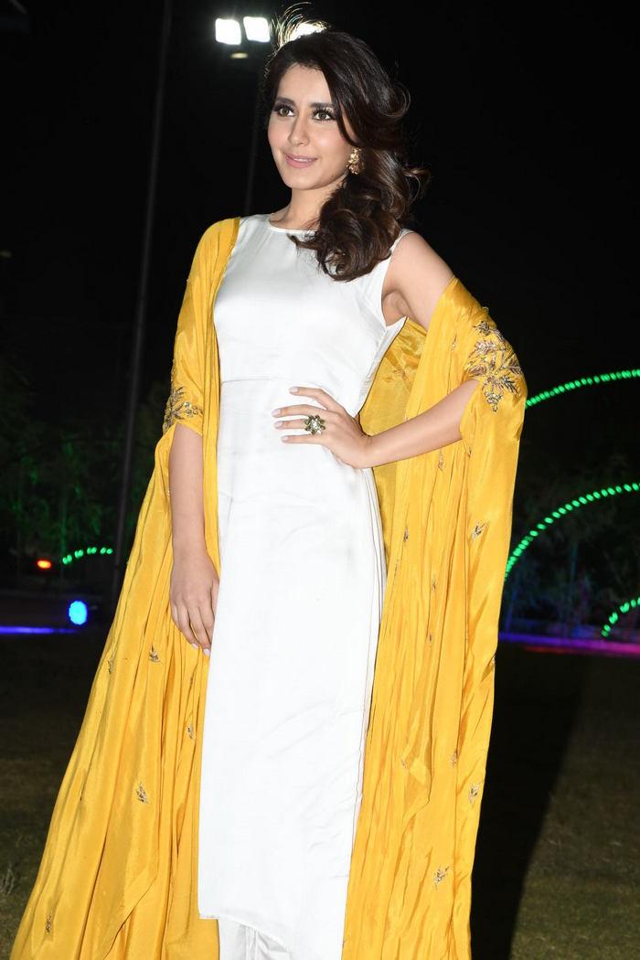 Rashi Khanna (26)1510330345.JPG