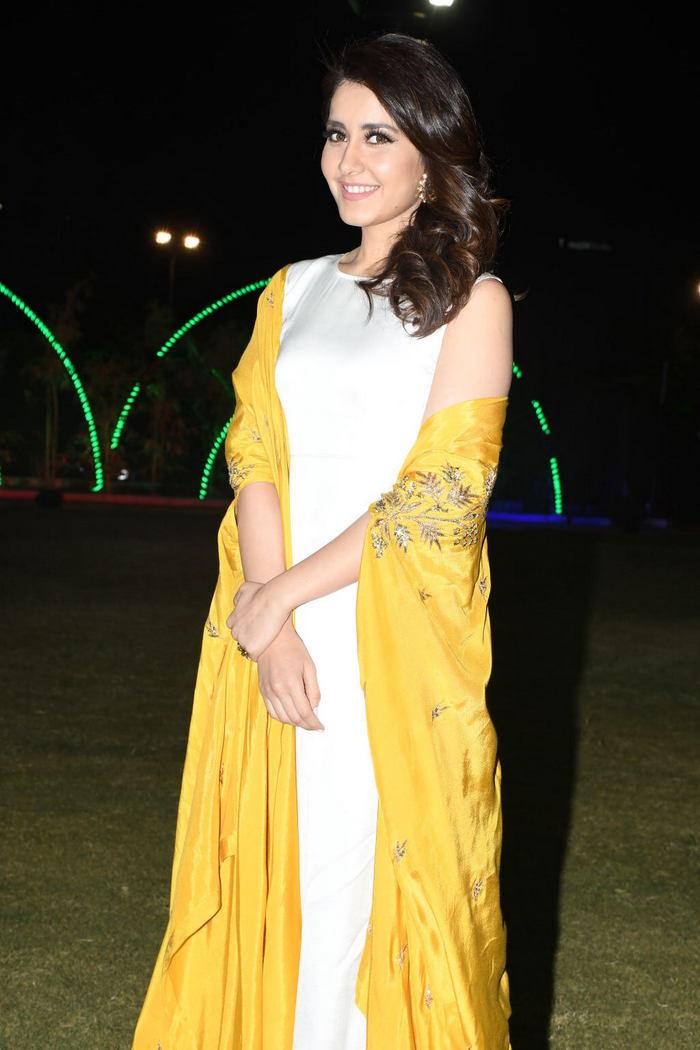 Rashi Khanna (44)1510330345.JPG