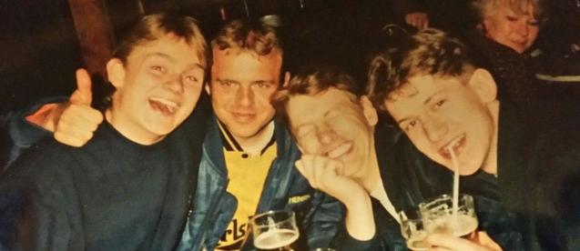"""Henrik Worsøe (nummer to fra venstre) sammen med gruppen, der stod bag det printede Brøndby-fanzine """"What's the Story Brøndby Glory""""."""