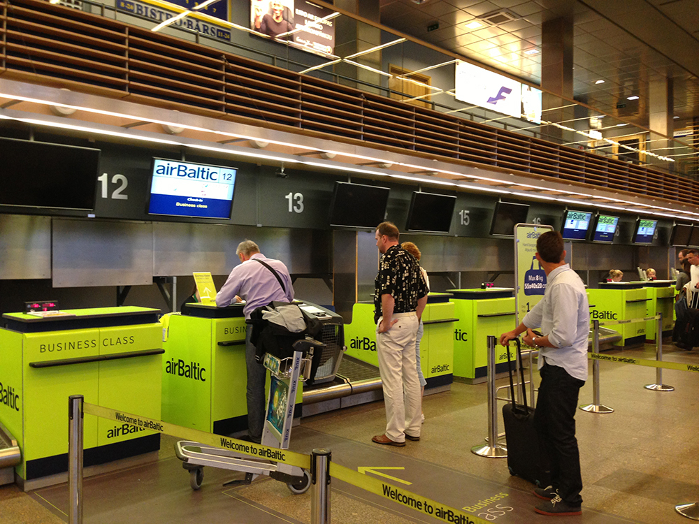 Balcão Air Baltic no aeroporto de Riga (Letônia)