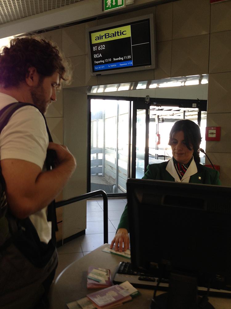 No aeroporto de Fiumicino (Roma) embarcando para Riga — notem que é uma funcionária da Alitalia quem fez o despacho para o embarque