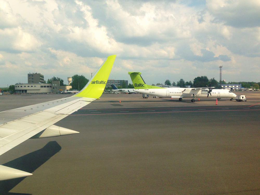 Aviões da Air Baltic no aeroporto de Riga (Letônia)