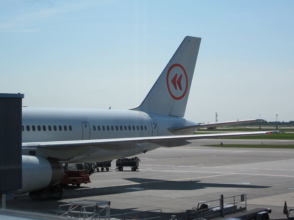 Avião da Iceland Express parado no aeroporto de Copenhague