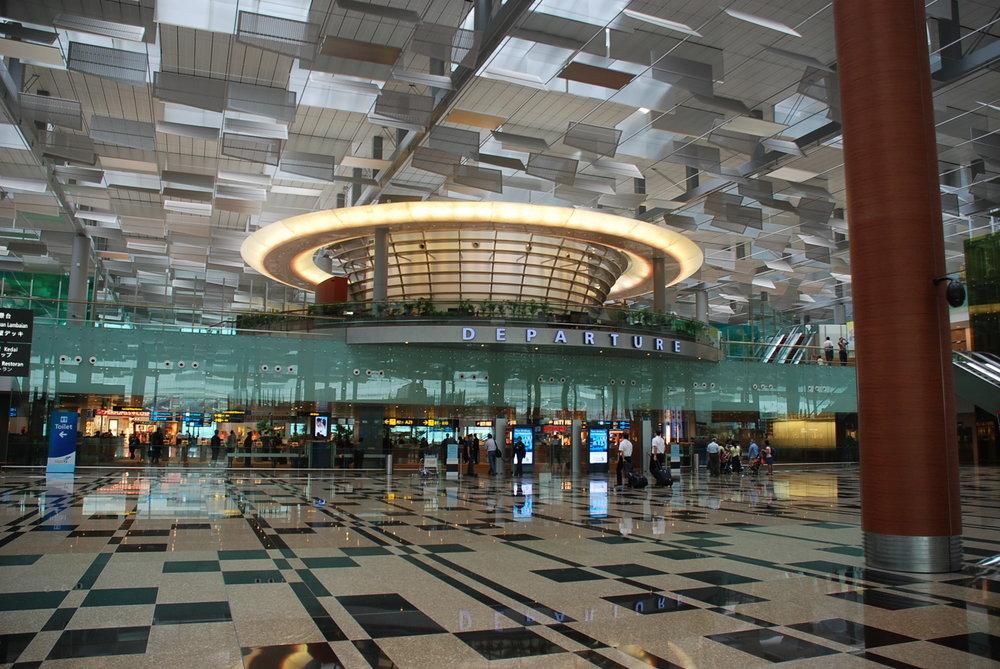 Saguão de embarque de um dos terminais do aeroporto Changi: luz natural e espaços amplos. Dizem que é cheiroso, mas isso não dá pra ver