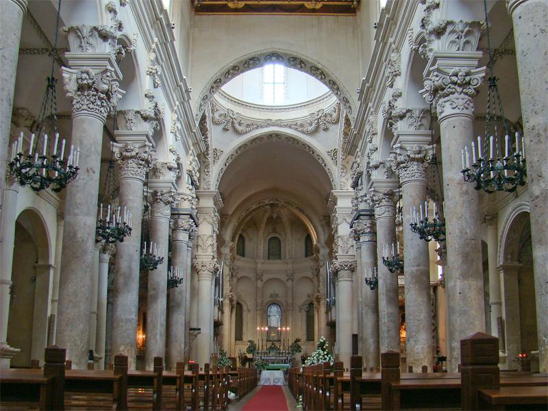 Interior da igreja de Santa Croce, em Lecce