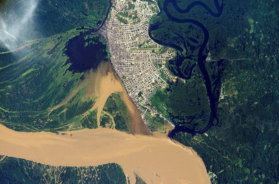 """Iquitos — conhecida pelo apelido de """"capital da Amazônia peruana"""" —vista de cima (Foto: Nasa)"""