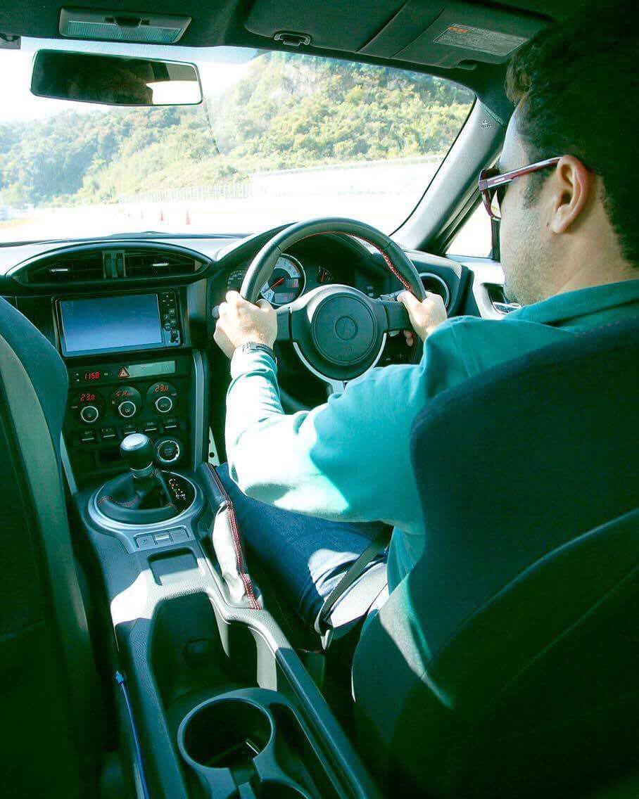 Antônio Meira Jr. encarando mão inglesa no Japão a bordo de um Toyota