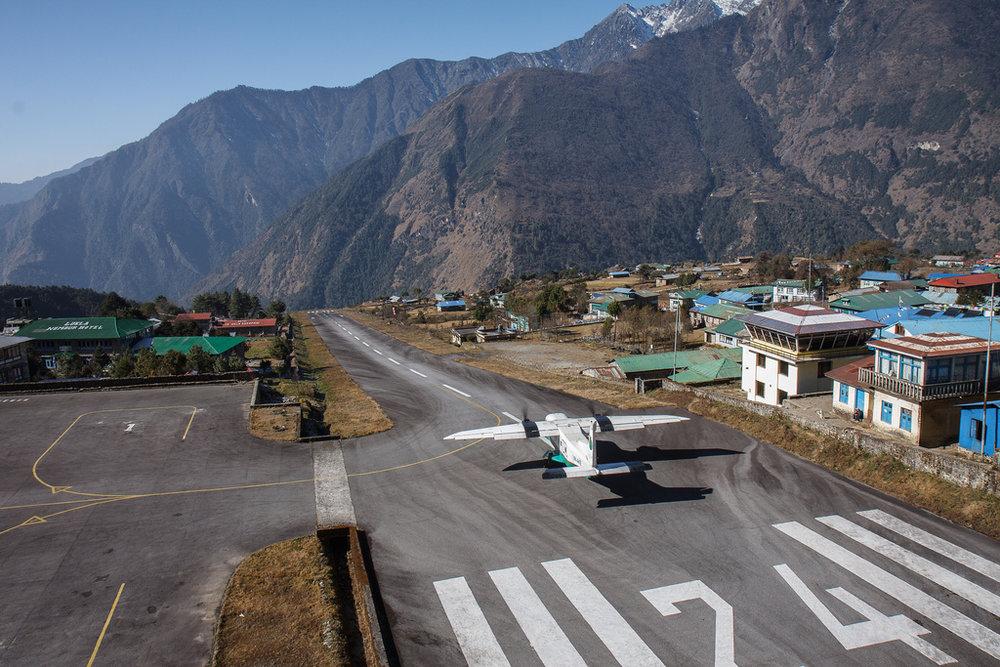 Pistas que terminam em um abismo têm o seu lugar, não é mesmo? Não. Não tem. Por que você é assim, Aeroporto Tenzing-Hillary (Nepal)?