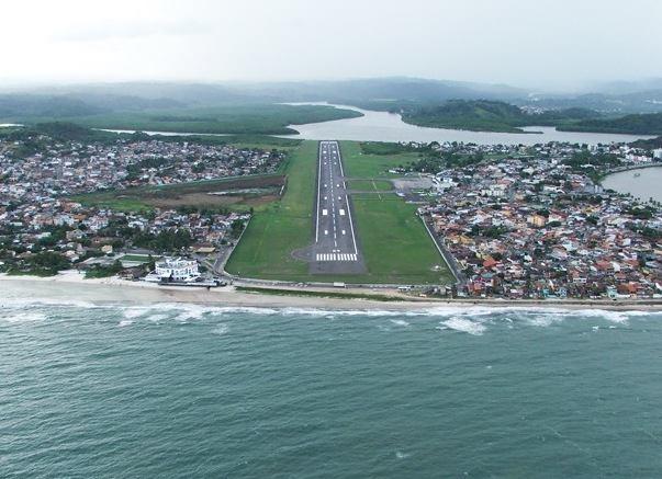 Aeroporto de Ilhéus (BA) com pista de 1.477m começando no mar e terminando no rio.Tenso? Sim. Mas tá tudo certo com ela (Foto:  Agravo )