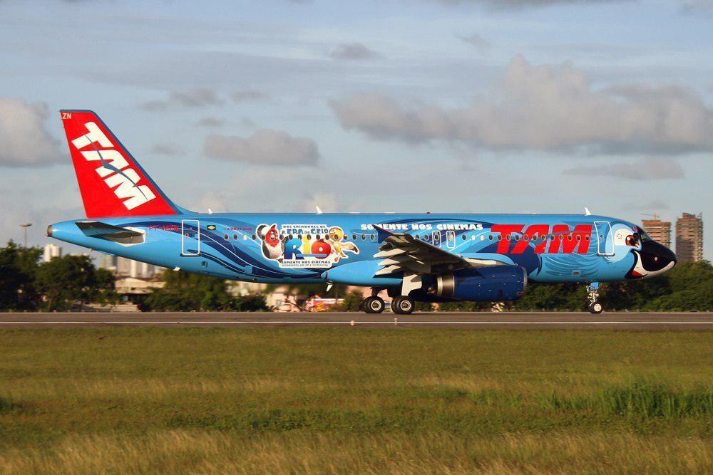 """No filme de animação """"Rio"""", de 2011,o papagaio azul Blu morria de medo de voar. Já na sua versão avião da TAM ele parece bem mais confiante (Foto: Rafael Nunes)"""