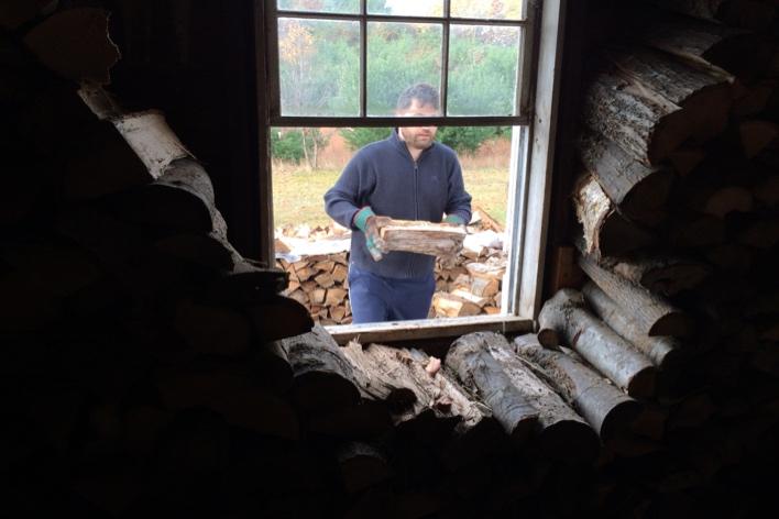 Muito lumberjack ele ajudando a armazenar as lenhas