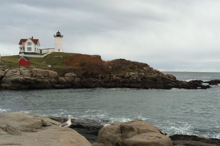 O melancólico farol Cape Neddick Light,de York — cidade bem ao sul do Maine. Os faróis da região são famosos