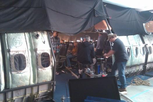 Filmagem sendo feita em antiga carcaça de avião. Que destino glamouroso para uma aeronave comercial aposentada!