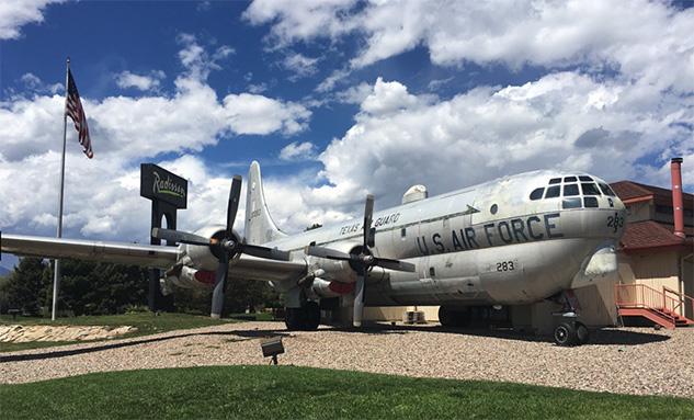 Este avião da Força Aérea Americana era utilizado para abastecer outros aviões durante o voo. Hoje abastece a barriga dos clientes (Foto:  TripAdvisor )