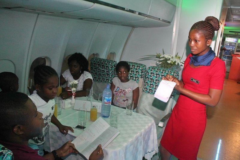 O avião, que tinha configuração para 380 passageiros, hoje pode acomodar 118 pessoas sentadas na condição de restaurante no aeroporto de Acra, em Gana (Foto:mlgist.blogspot.ca)