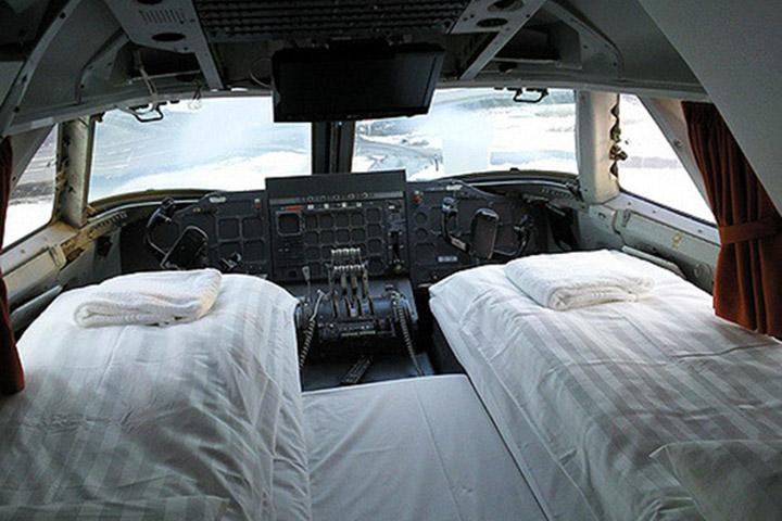 Um dos quartos está localizado na antiga cabine dos pilotos. Estranho? Sim. Maravilhoso? Também