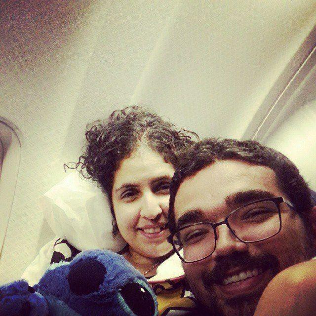 Cristal Bittencourt e o marido, Wicttor Picanço, em um voo Miami — Salvador. No momento da foto, ela tinha acabado de tomar um remédio para dormir (para vencer o medo de voar) e desfaleceu por 10h