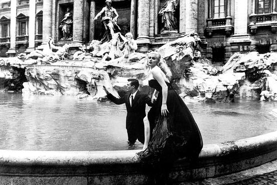 Bastidores do filme La Dolce Vita, no qual os personagens vividos por Marcello Mastroianni e Anita Ekbert se banham na Fontana di Trevi