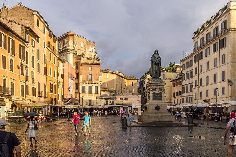 """A praça Campo de' Fiori fica no centro de Roma e possui um estátua em homenagem ao filósofo Giordano Bruno — a mesma que foi reproduzida pelo """"menino do Acre"""" em seu quarto"""