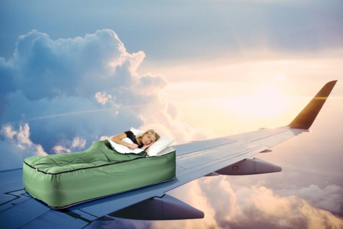 É possível relaxar de verdade ao dormir em um avião? Às vezes me sinto tão seguro quanto na imagem acima (contém ironia)