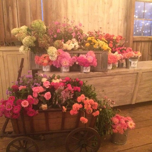 Flower geniuses at work. Love sharing this with my flower bestie @fuschiamossfloral
