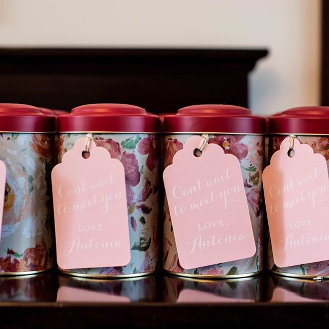 Tea tins filled with green tea and tea ball infusers for all the ladies included a sweet note from the soon to arrive babe 👶🏻🌸🎀☕️ ___ 📷: @mateamiche