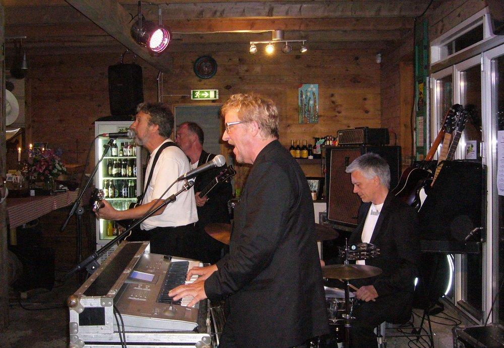 Rubber Band kallar sig själva   en av Skandinaviens ledande Beatles band, och det är inte utan anledning! Bandet har spelat ihop sedan slutet av 70-talet, några   få   år   efter   att   Beatles själva spelade   sin sista konsert. Sedan d  ess har mycket hänt för de rutinerade imitatörerna   som har spelat   i  allt från TV-program och  på festivaler till  privata födelsedagar och företagsfester.  Vi serverar kräftor och buffé Musik & Mat: 425 kr