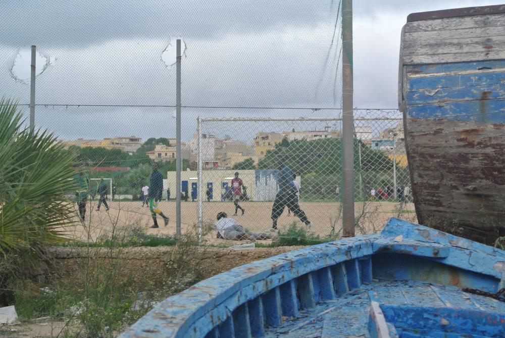 La partita tra Guinea e Senegal. Lampedusa, Italia; novembre 2016. © Pamela Kerpius