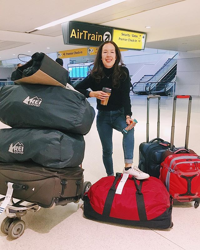 MOVING DAY ✈️ ! this is what moving across country looks like: 5am, can hardly open my eyes, forgot my bags at various points throughout the airport (#security 📞👮🏻‍♂️)... but we finally made it to the WEST COAST ! 🌲🌲🌲 . tg for dark chocolate nuts + sea salt @KINDSnacks, which has been 98% of the food i've consumed in the last week of packing. AND turns out passengers are much less adverse to these than my usual boiled egg / messy salad 🤷🏻‍♀️🥚 #KINDcollective #ad