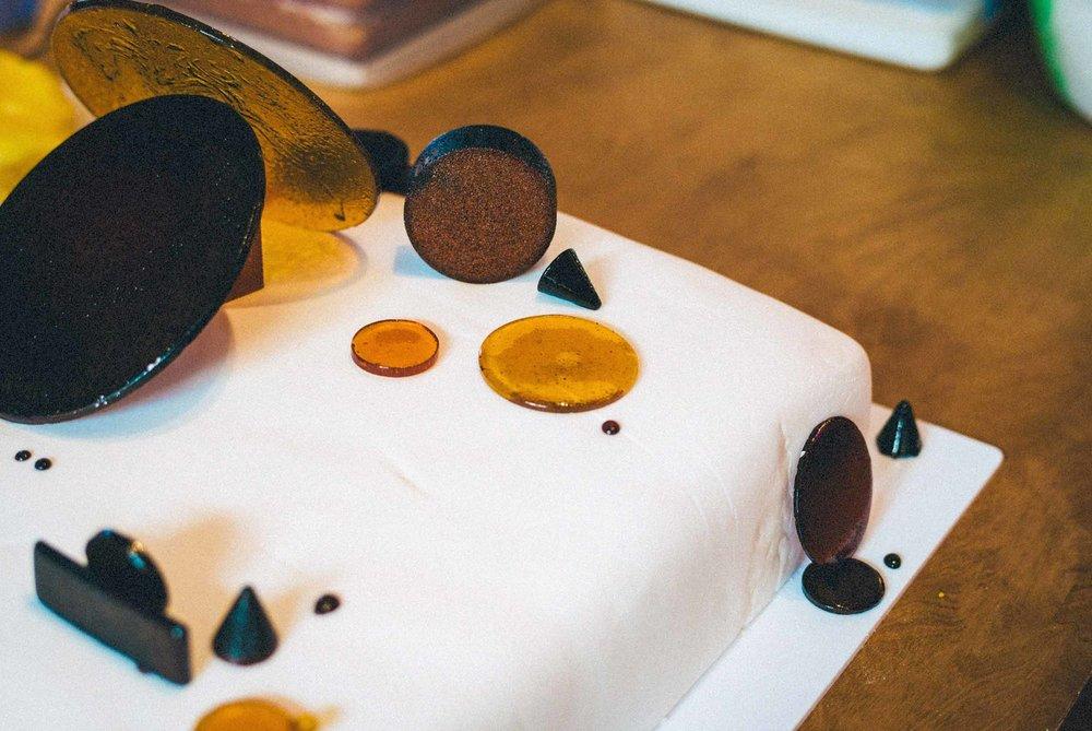 Those 3D sugar shapes arranged on the plinth, well cake plinth
