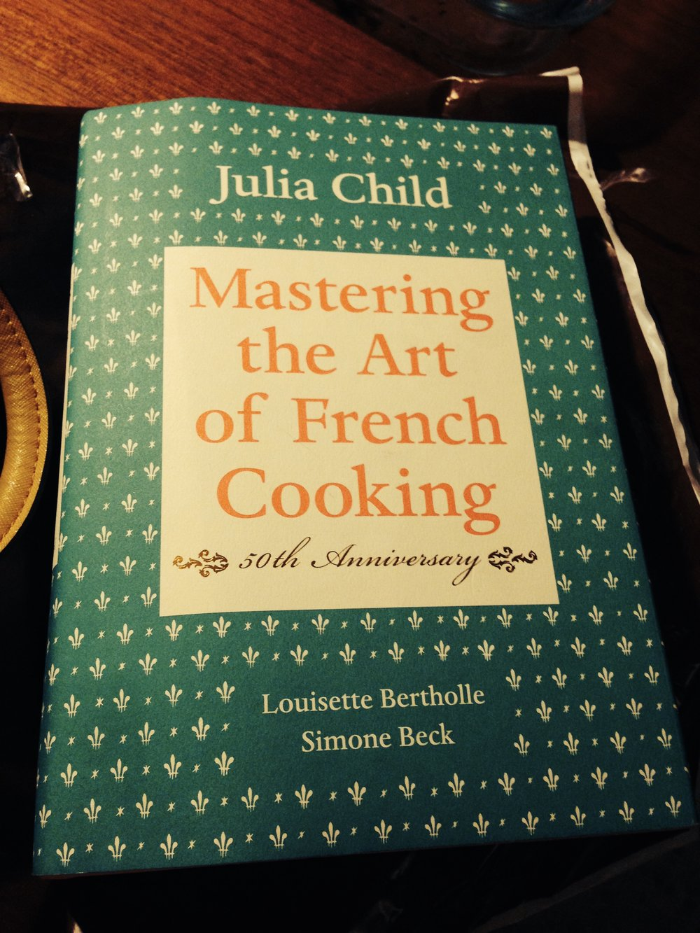 Mi querido libro de Mastering the Art of French Cooking. Me lo regaló una tía complice que se escapó con algunos ángeles.