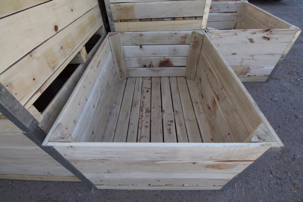 Argentina has had erratic changes in agricultural policy. Taxes wax and wane with the tides, and fruit production is monitored by crate-count. Wooden crates that are made in-house are hard to trace, and have historically been used to transport both above-the-table and black-market fruit.