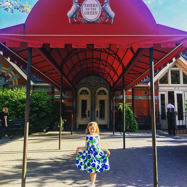 The magic of Old New York can be felt nowhere better in the summer than Tavern on the Green.  Carrie Bradshaw would approve! ✨ #shirleytemples #twirling #southerninthecity