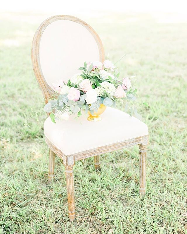 Swooning over these florals by @amazingmomentweddings