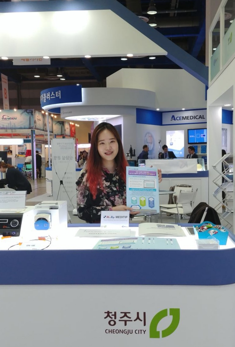 Ms Kim Juyeon from MEDITIP Co., Ltd. with Stendard First™ Brochure