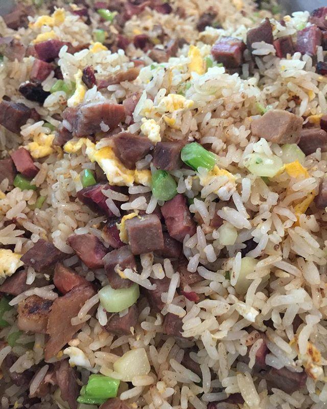 Smoked Brisket Fried Rice ready to be order! ข้าวผัดเนื้อ Wagyu brisket รมควันมาแล้วค่ะ #จำนวนจำกัด #สั่งก่อนได้ก่อน สั่งผ่าน LINE @pick.a.meat เท่านั้นนะคะ