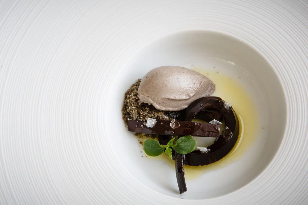 CHOCOLATE, pan, aceite y sal. Plato de Francis Paniego, El Portal de Echaurren, Ezcaray, La Rioja, España. Foto: James Sturcke Fotografía | www.sturcke.org